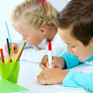 devojcica i decak crtaju