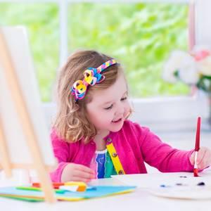devojcica uci da slika