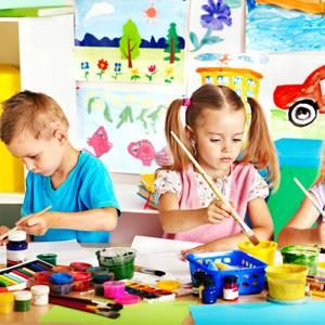 deca na kursu crtanja i slikanja