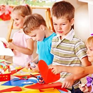 deca vežbaju dekupaž tehniku