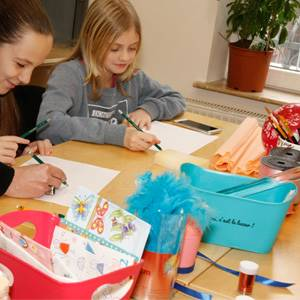 deca se zabavljaju učeći dekupaž na bah kursu