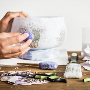 dekorisanje vaze dekupaz tehnikom