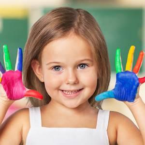 devojcica sa ofarbanim rukama