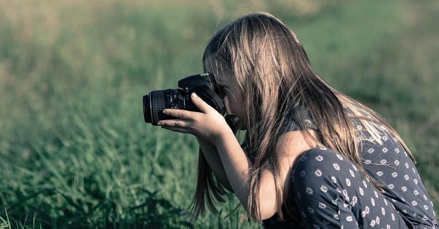 devojčica sa fotoaparatom