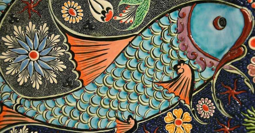Mozaik sarena riba na kamenu