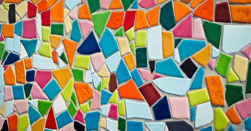 sareni mozaik na zidu