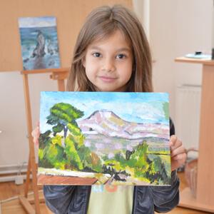 Devojčica sa njenim naslikanim radom