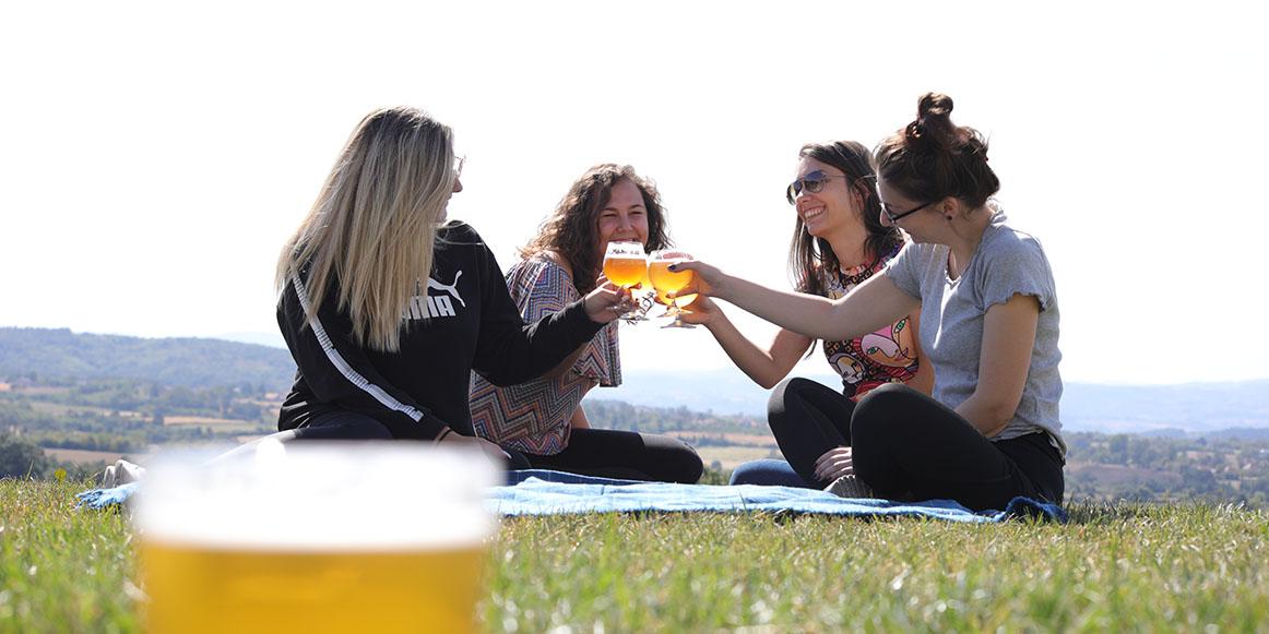 Devojke nazdravljaju sa Kabinet pivom