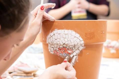 lepljenje mozaika na saksiju