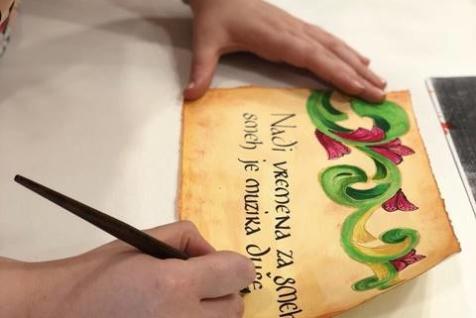 zena na kursu kaligrafije
