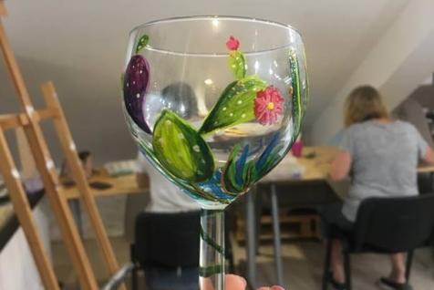 primer rucno oslikane vinske case