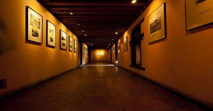 Hodnik u sklopu muzeja sa rasvetom na slikama