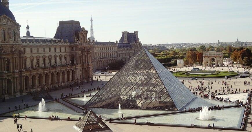 Fotografija muzeja Luvr u Parizu