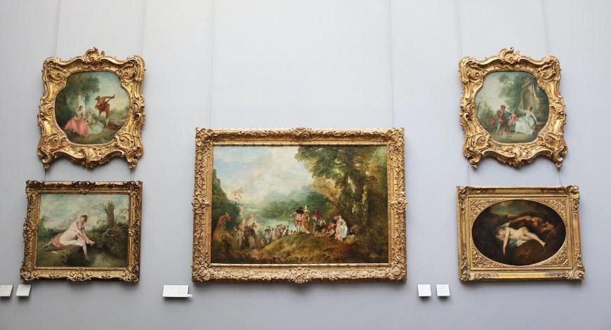 Barokne slike na sivom zidu u muzeju