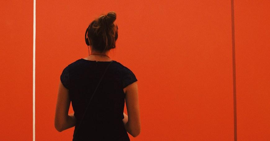 Devojka koja se nalazi u Moma muzeju