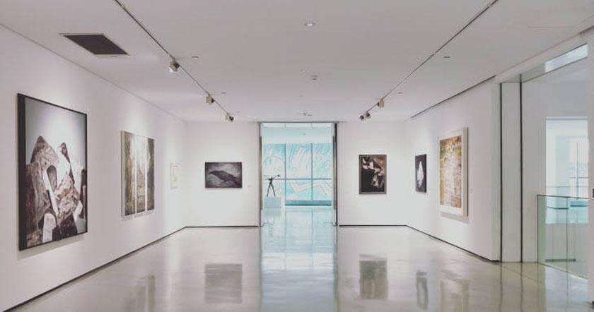 Unutrašnjost muzeja, beli zidovi na kojima su slike