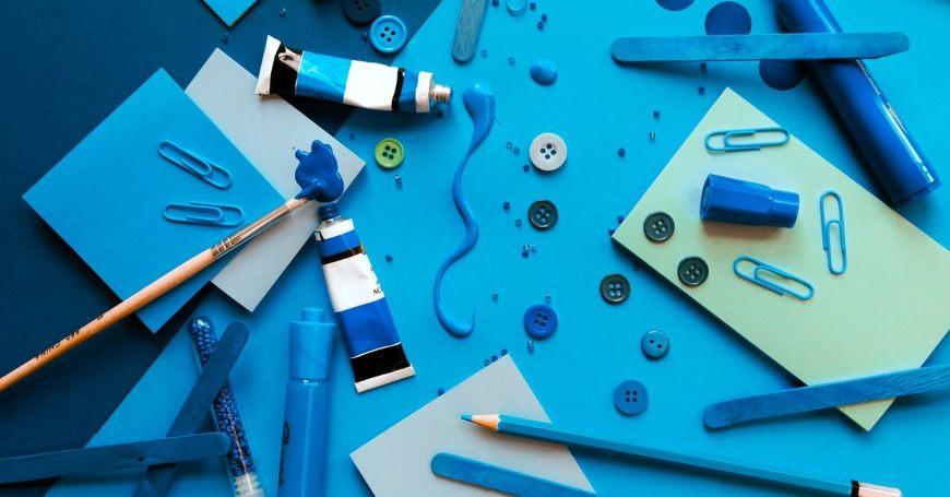 Boje, papiri, olovke i papir za ukrašavanje na stolu